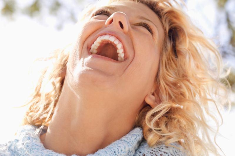 Mujer feliz gracias a la odontología preventiva