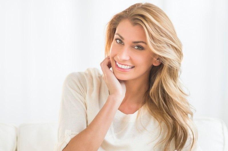 Mujer sonriendo gracias al blanqueamiento dental