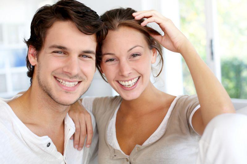 Gente feliz con las carillas de porcelana