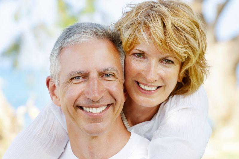 personas con prótesis dentales fijas