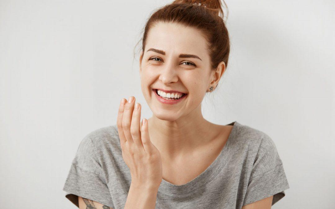 Descubre por qué tenemos manchas en los dientes